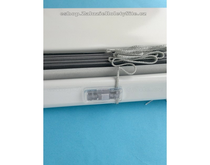uchycení látkového pásku ve spodním profilu žaluzie