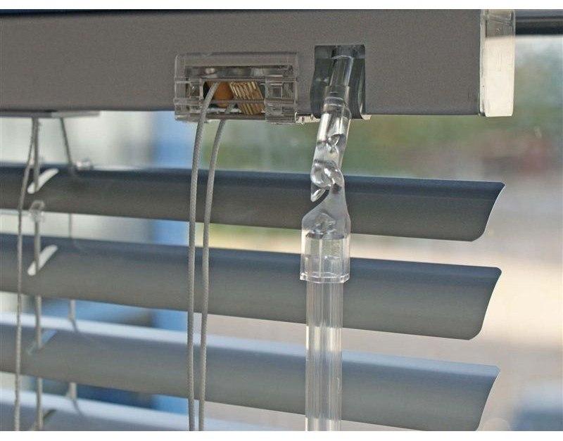 Žaluzie s ovládáním plastovou průhlednou šestihrannou tyčkou